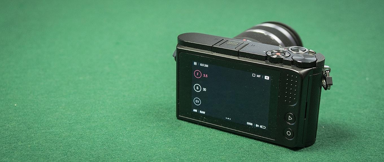 """YI M1 backside - 3"""" LCD touch screen"""